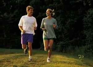 Бегущий мужчина и женщина